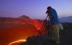 Geologo en volcan